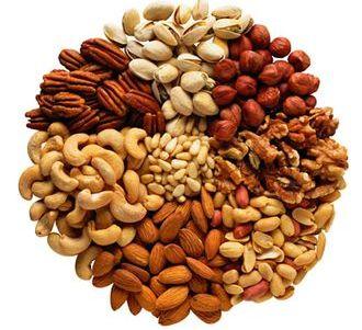 Орехи содержат в себе очень много жиров, и есть их можно в очень малых количествах.